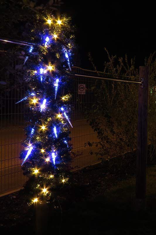 #verrückte #Deko ... aber irgendwie doch eine #Hingucker #Weihnachtsbeleuchtung Pfosten mit beleuchteter Tannengirlande (mit warmweißen LED) + #Eiszpafen #Lichterkette mit blauen LED als #Weihnachtsdeko #Lichterkette #Deko
