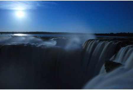 Paseos de la luna en las Cataratas del Iguazú
