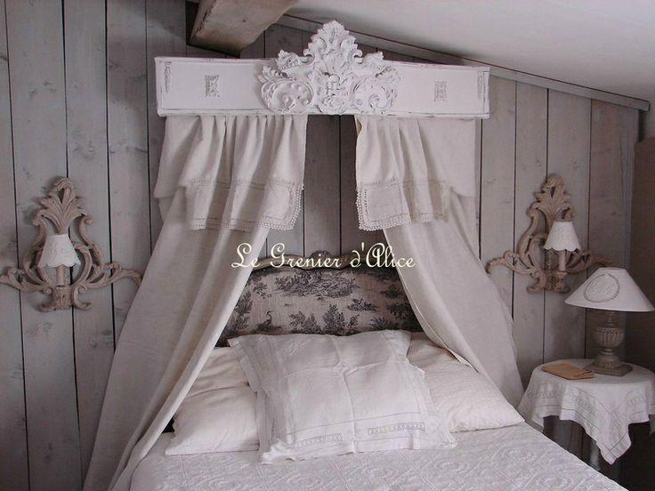 Ciel-de-lit-patine-et-orne-d-un-fronton-geant-decoration-de-charme ...