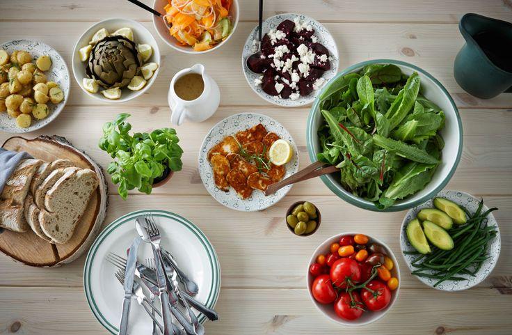 Maak een salade om van te watertanden met tomaten, kaas, bietjes, avocado en heel veel groen. Serveer met knapperig vers brood voor een makkelijke maaltijd midden in de week.