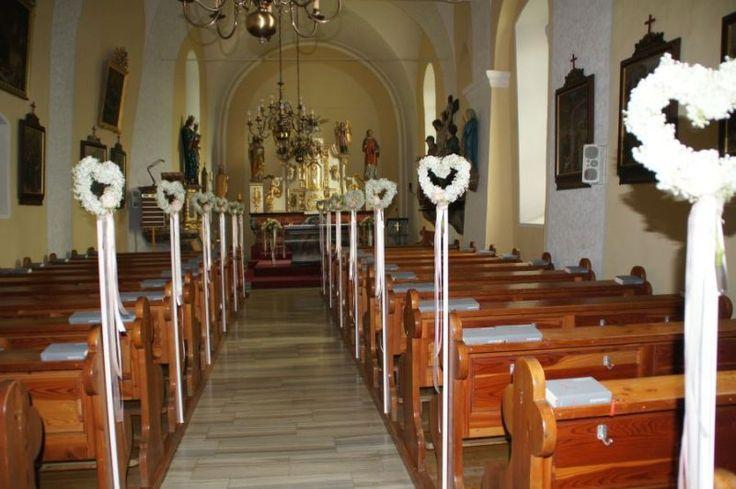 Wedding decor ceremony church: White hearts of baby´s breath. Design by Silvia Galla, Austria