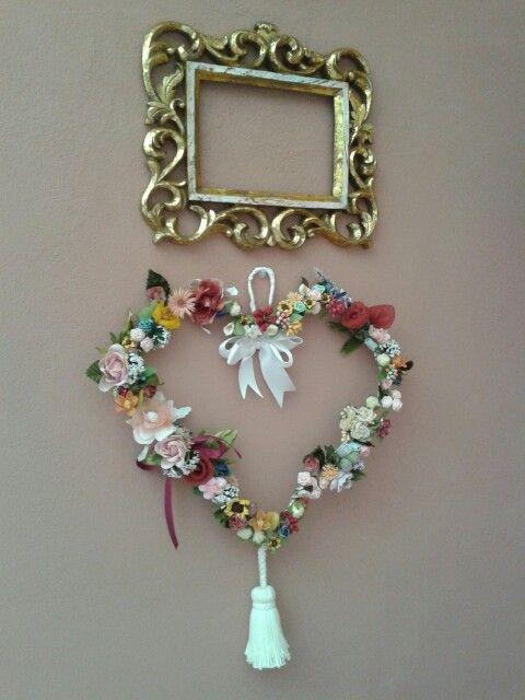 Ho riciclato fiori di bomboniere e una gruccia di metallo