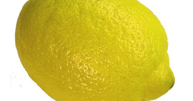 """Como fazer uma lâmpada energizada por limão. Uma lâmpada energizada por limão é um ótimo trabalho de ciências ou até mesmo uma solução simples para ser usada em acampamentos ou quando há queda de energia. O ácido no limão causa uma reação química quando metais são colocados dentro do limão, resultando em uma corrente elétrica. Com um punhado de limões e alguns """"LEDs super-brilhantes"""", você ..."""