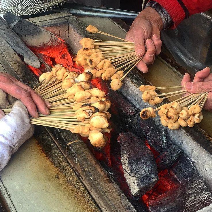 Сегодня на обед - зеленый чай и рисовые клёцки в бобовой муке со сладкой пастой из перебродивших бобов #Япония  #этоЯпония  #японскаякухня  #еда #ресторан #простоивкусно #рис #моти #мисо #Киото