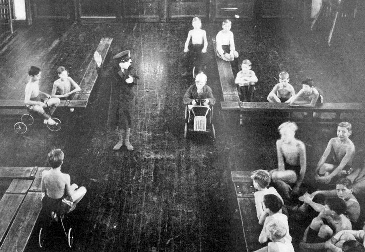 1943: Road traffic safety being taught in a Swedish school