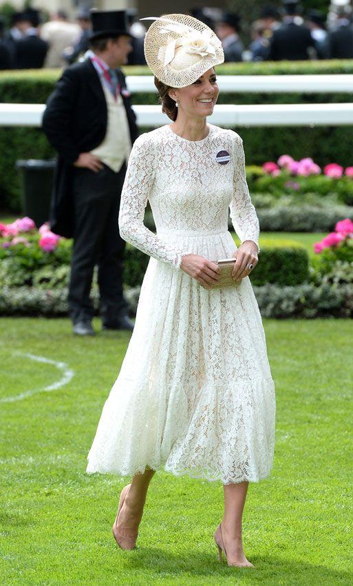 La Duquesa de Cambridge ha sacado de su armario el precioso vestido blanco de encaje de Dolce & Gabanna que lució el mes pasado en la celebración del 90 cumpleaños de la reina Isabel II, y lo ha combinado con un discretotocado de Jane Taylor