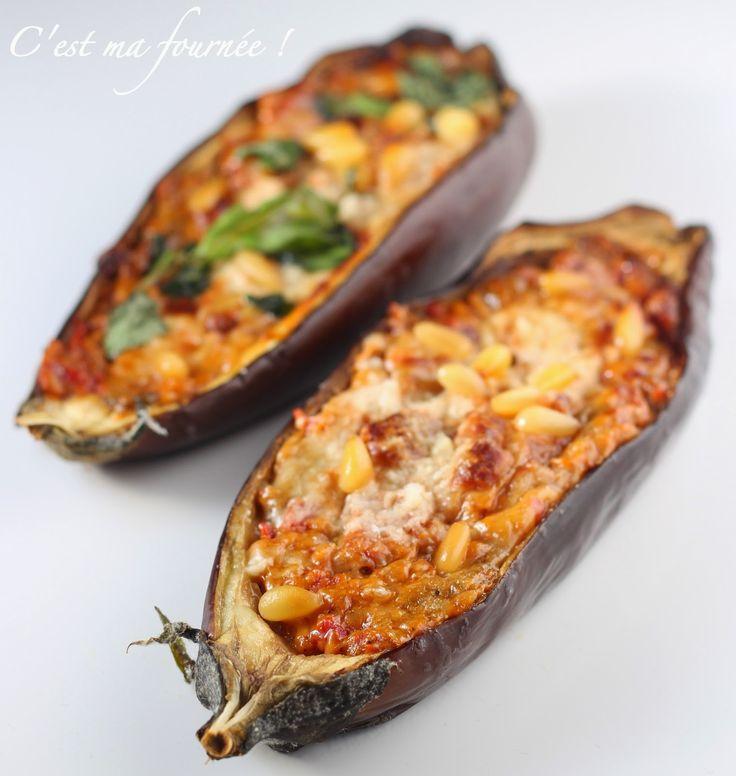 aubergines farcies (sans viande):2 aubergines, 1 poivron rouge, 1 branche de céleri,1 oignons,2 tomates,2 gousses d'ail,1 oeuf,parmesan râpé, pignons,basilic, huile d'olive.Faire cuire la farce 20mn avant de mettre au four