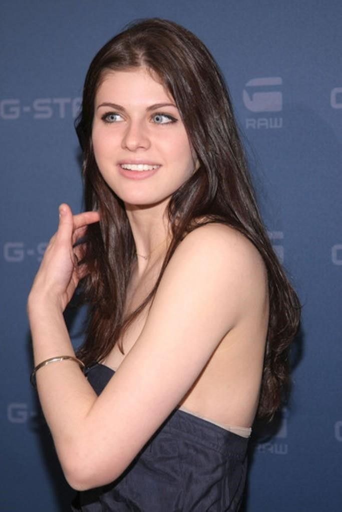 Alexandra Daddario look pretty in navy blue dress #hollywoodactress #celebritystyle
