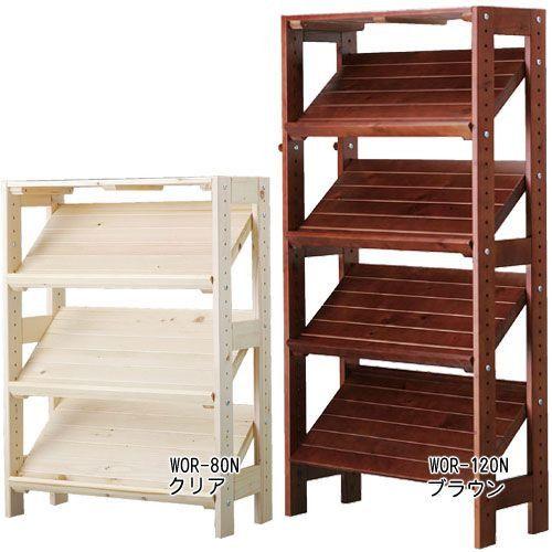 ウッドラック 木製収納 北欧 カフェ ウッディラック 斜めシェルフ 3段 WOR-80N 天然木のナチュラルな風合いを生かした幅58.5cmタイプの木製ラックです。棚板が斜めになっているので、雑誌や本のディスプレイや玄関のシューズラックとしても使えます。棚板の高さは収納物に合わせて約3.2cm間隔で調節できます。小物を掛けるのに便利なフック付きです。脚には床に傷が付くのを防ぐフェルトが付いています。※天然木を使用しているため、木目や色にバラつきがあります※お客様組立品です●商品サイズ(約):幅58.5×奥行26.5×高さ80cm●棚板サイズ(約):幅55×奥行28.5cm●耐荷重:天板約10kg、棚板1枚あたり約5kg、フック約1.5kg、全体約25kg●可動棚板:3枚●主要材質:天然木(検索用:ウッディラック 見せる オープン 木製ラック 木製棚 本棚 木棚 リビング収納 組み立て家具 シューズラック 靴箱 下駄箱 アイリスオーヤマ)