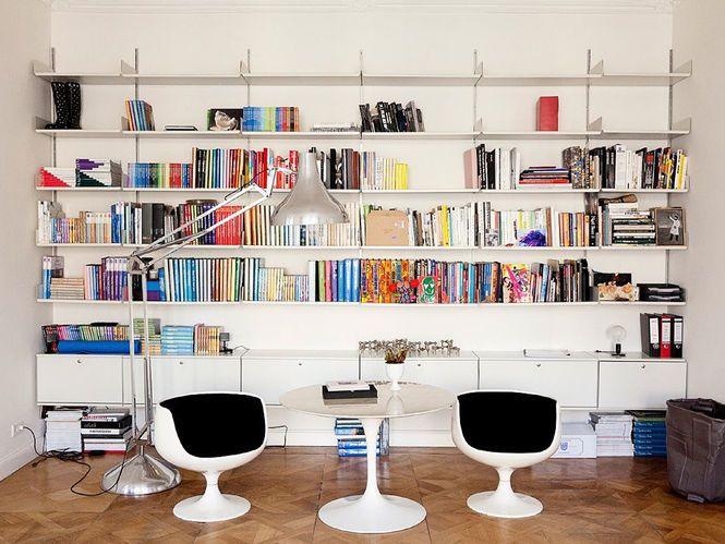 Biblioteca com Luminaria de Piso. Designer: Angelika Taschen.