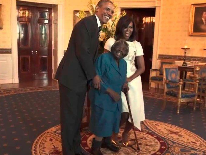 Una anciana de 106 años le robó el corazón a los Obama y seguro a ti también cuando la veas bailar.Virginia McLaurin, originaria de Carolina del Sur, fue invitada por los Obamaa la Casa Blanca como parte de las celebraciones por el Mes de la Historia Afroamericana, que se conmemora cada mes de febrero en todo Estados Unidos.