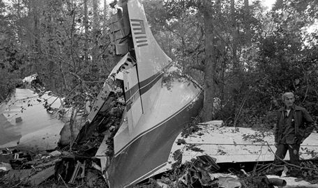 On This Day: Lynyrd Skynyrd's Tour Plane Crashes October 20, 2011 06:00 AM by Caleb March On Oct. 20, 1977, legendary Southern rock band Lynyrd Skynyrd's tour plane crashed in Mississippi, killing six, including lead singer Ronnie Van Zant, guitarist Steve Gaines and his sister, backup singer Cassie Gaines.