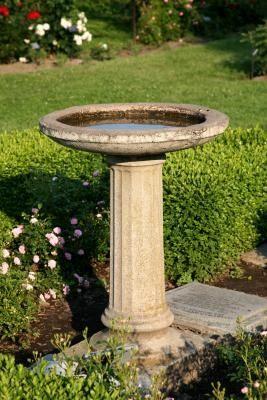 How to Wash a Bird Bath With Vinegar