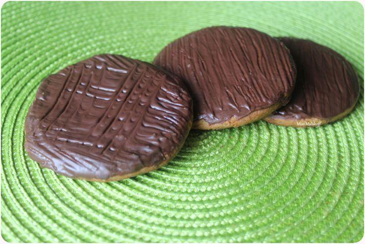PEPITO OU GRANOLA FAIT MAISON,PEPITO OU GRANOLA FAITS MAISON je ne sais pas pour vous mais moi je raffole des Biscuits :Pépito et Granola ,ces petits biscuits nappés de chocolat au lait sont mes biscuits préférés et j'en ramène toujours un paquet lorsque je fais mes courses. J'ai eu envie de préparer des Granola faits maison .C'est vraiment une parfaite imitation à faire et à refaire ! Ce sont des biscuits très faciles à faire ,niveau débutant ,il n'y a pas d'œufs dans la recette (ça m'avait…
