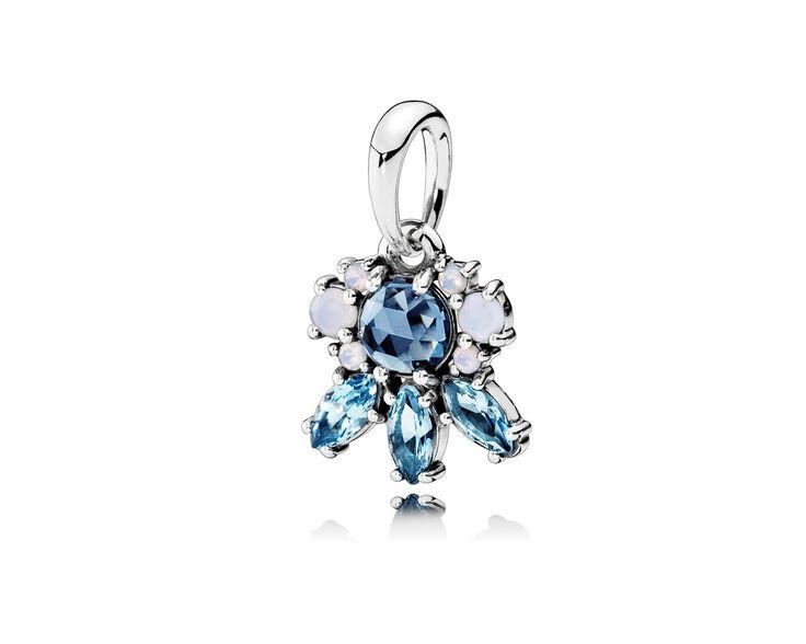 Pandora Hanger voor ketting 'Patronen van Vorst' 390391NMBMX. Geef je collier of armband wat extra kleur deze winter! De Collierhanger blauwe wintersfeer van Pandoras versierd met prachtige ijsblauwe kleuren en is geïnspireerd door de schoonheid van ijskristallen. Door het prachtige gebruik van ijsblauwe stenen is deze bedel onmisbaar in jouw collectie. https://www.timefortrends.nl/sieraden/pandora/oorbellen.html