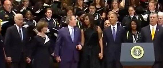 Sí, este es Bush en los funerales de Dallas... BAILANDO