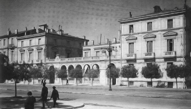 Μέγαρο Νεγρεπόντη Ήταν το ωραιότερο στολίδι αλλά και η μεγαλύτερη απώλεια στην Πλατεία Συντάγματος, το μέγαρο Νεγρεπόντη (Αμαλίας και Όθωνος), που χτίστηκε το 1880 και κατεδαφίστηκε το 1956. Ήταν η εποχή που η λεωφόρος Αμαλίας ήταν η επίσημη «βόλτα» των Αθηναίων, που περπατούσαν έχοντας στη μία πλευρά τον Βασιλικό Κήπο και στην άλλη πολυτελείς κατοικίες. Εδώ κατοικούσαν ο πρίγκιπας Κωνσταντίνος Α' και η σύζυγός του Σοφία. Στη συνέχεια, και μέχρι το 1940, στέγασε το υπουργείο Εμπορικής…