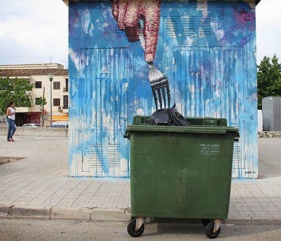 ça, c'est un sérieux coup de fourchette donné à notre société de de surconsommation et de mal-bouffe ! / Street art. / Majorque. / By JD.