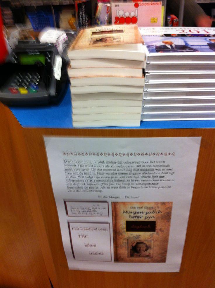 Mijn moeders boek in de winkel!