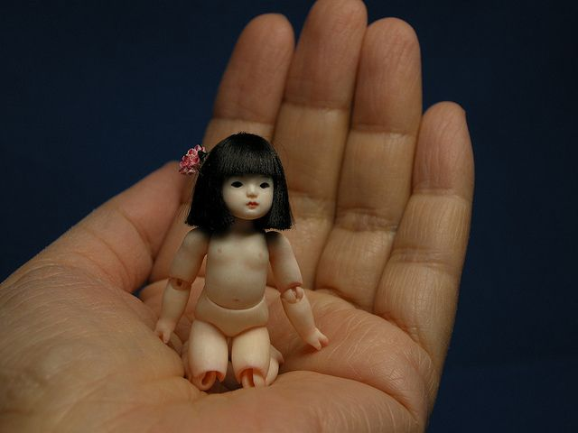 Amazing that someone has the patience to make BJDs this small! The hollow of arms and neck must be really, really small! And what ever is used to string it... amazing!