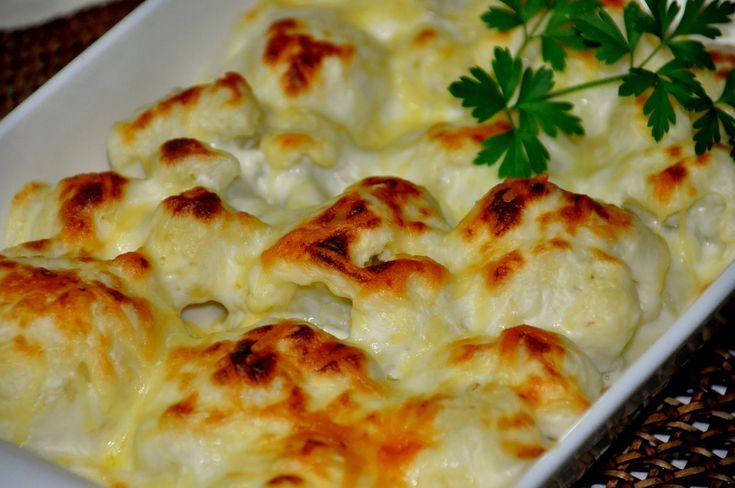 Ingredientes:  1 couve-flor média; 1 copo de requeijão; 2 ovos; 50 g de queijo ralado; 200 g de mussarela; Cheiro-verde; 1 tomate picadinho; Margarina para untar.    Modo