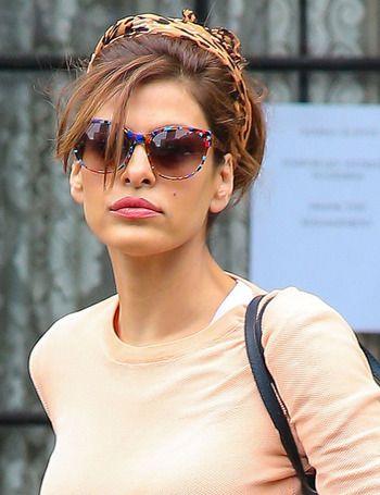 Nos encanta este modelo de gafas de sol que luce Eva Mendes multicolor. Junto al pañuelo-diadema, son el complemento estrella del look de la actriz.