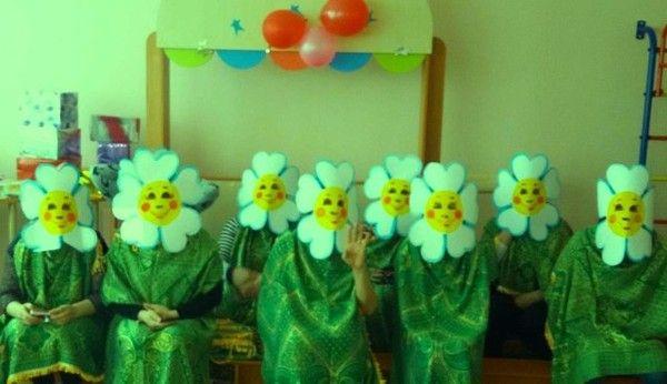 Тайная сходка любителей ромашек?..такие костюмы надевают родители детей младших групп в детском саду на утренник, что бы их любимые чада на сцене не отвлекались на них во время представления