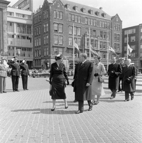 NLD-580503-AMSTERDAM: Koningin Juliana, premier dr.Willem Drees en prinses Beatrix hebben een krans gelegd voor de gevallenen, bij het Nationaal Monument op de Dam. ANP/BENELUXPRESS. 03-05-1958.