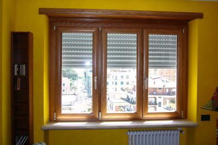 Può capire molte volte che le finestre di casa nostra, complice il passare del tempo, possano bloccarsi. Questo capita quando la vernice filtra nell'apertura tra i pannelli e impedisce alla finestra di muoversi regolarmente. A volte le scanalature hanno bisogno di essere pulite e lubrificate. La presente guida si pone quindi come obiettivo quello di fornire diverse procedure per capire come poter sbloccare la nostra finestra. Andiamo quindi a vedere.
