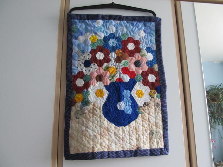 obraz z hexagonu (babek) váza s květinami