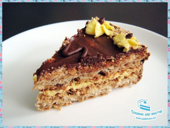 «Киевский» торт – это сладкая классика, приготовленная по рецепту с интересной историей. А фраза: «Купи Киевский торт» для тех, кто идет в гости уже давно стала нарицательной.  Кондитерская «Сладких Дел Мастер» предлагает Вам свой вариант знаменитого торта. И уверяет, эти хрустящие орехово-белковые коржи с ароматным сливочным кремом, сделают Вас счастливее уже с первого кусочка.