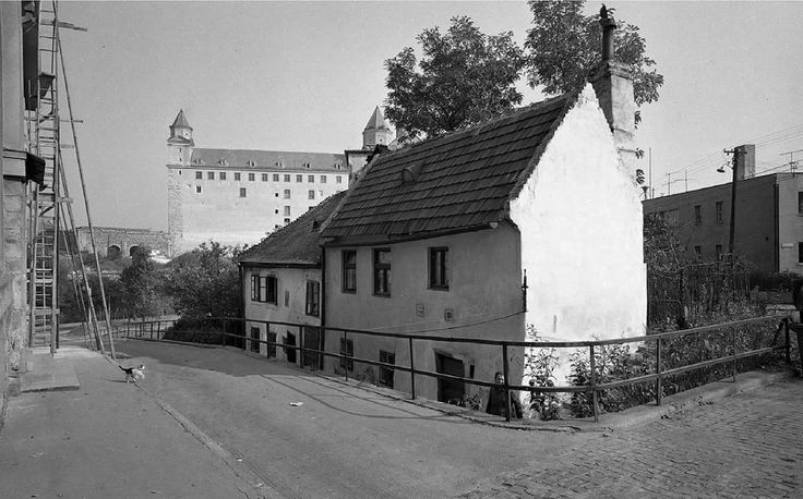 Fotka: Strelecká ulica v roku 1964. V týchto miestach bývala pani, ktorá mala asi 30 mačiek. Zdroj: Mano Jakub  #Slovakia #Bratislava #oldTimes #BratislavskyHrad #Strelecka