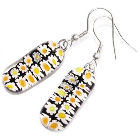 Lange glazen oorbellen met zwart-wit-gele bloemetjes van millefiori glas.