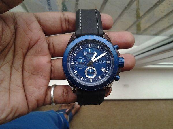 Trước khi mua một mẫu đồng hồ, bao giờ bạn cũng nên thử trước, vì vậy, đây là cơ hội tốt để bạn đánh giá chiếc đồng hồ kia có phải hàng thật hay không. Một chiếc đồng hồ chính hãng bao giờ cũng có trọng lượng mà bạn dễ dàng cảm nhận đc. Bởi chất liệu của đồng hồ Fossil là thép không gỉ 316L có trọng lượng khá nặng, trong khi những sản phẩm fake chỉ được làm từ chất liệu thép pha nhôm nên khá nhẹ.