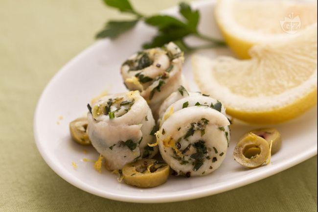 La sogliola arrotolata alle erbe e olive è un secondo piatto di pesce originale, di grande impatto estetico e molto veloce da preparare.
