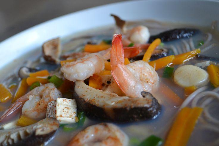 Instant Azië. Dat isdezeheldere vissoep metverse groenten (wortel en bosui), noedels, tofu en hoofdrollen voorgarnalen, sint-jakobsschelpen en shiitakes. De shichimi togarishi (een Japanse kruidenmix) geeft de soep een licht spicy accent.