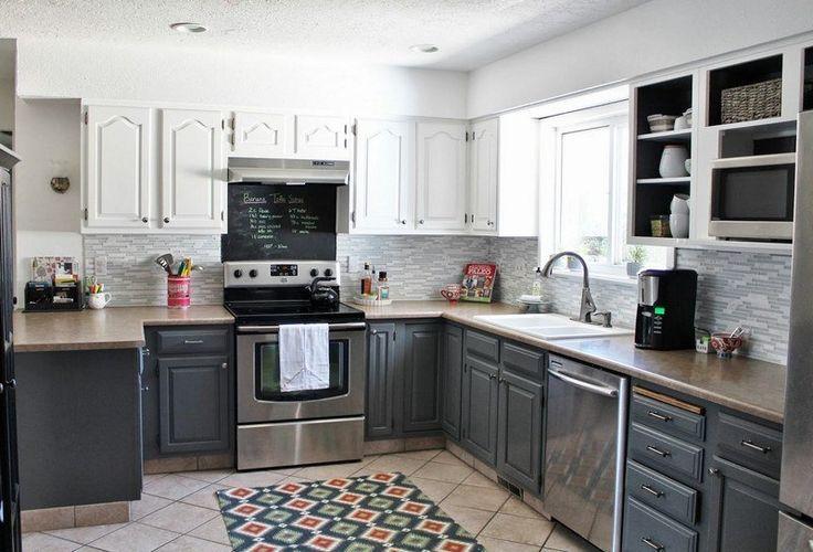 cuisine blanche et noire avec appareils inox et tapis exotique