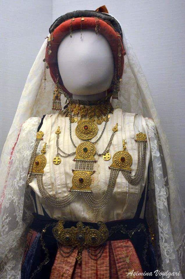 Νυφιάτικη φορεσιά από την Αγία Άννα Εύβοια (λεπτομέρεια). Φωτογραφία: Ασημίνα  Βούλγαρη.