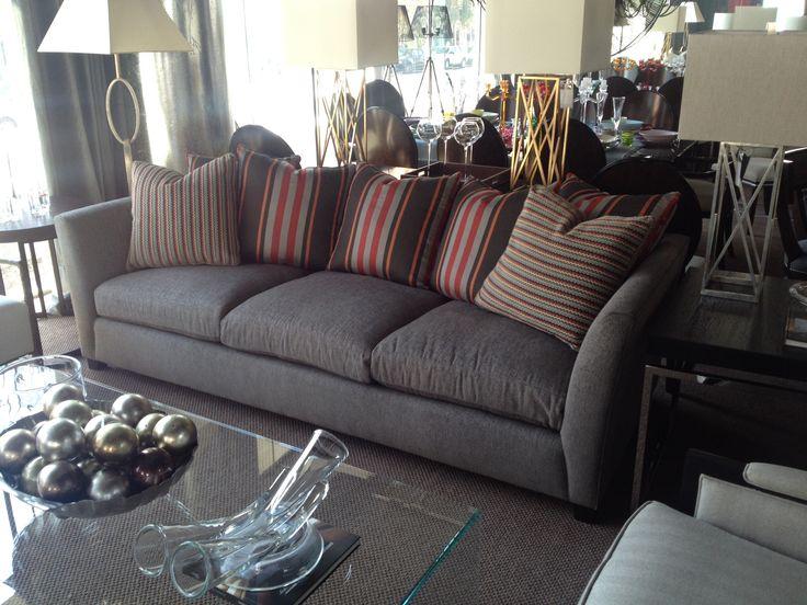 Sofá tapizado con juego de cojines.