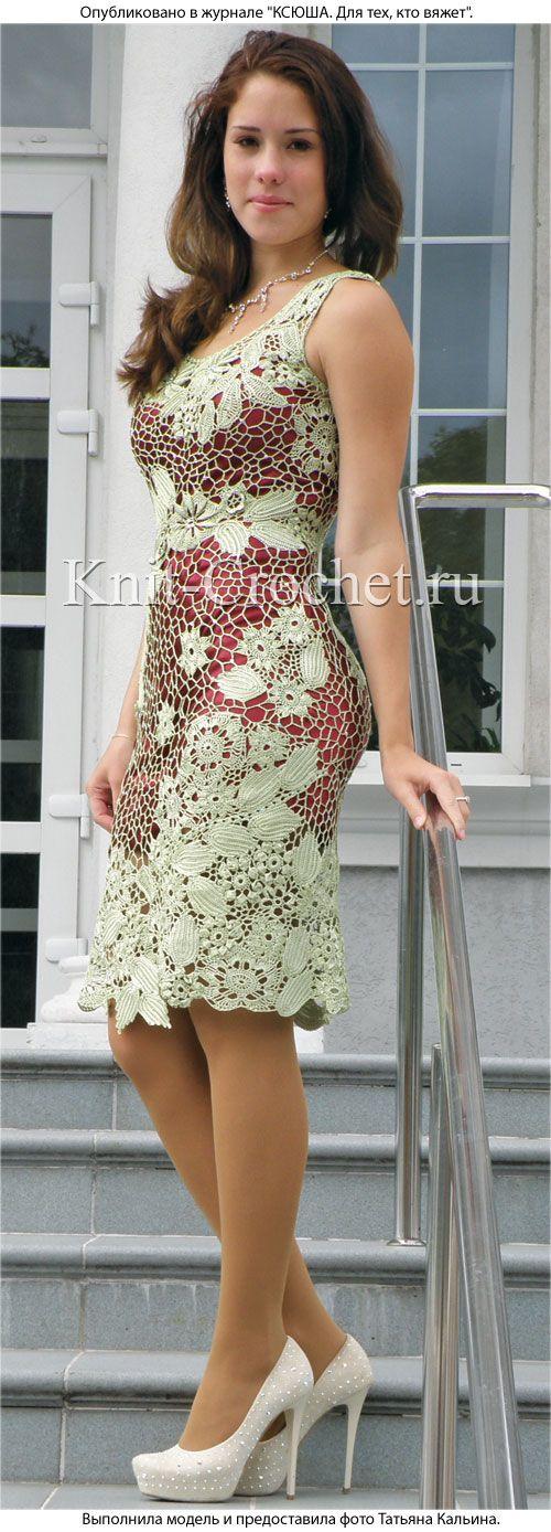 Платье «Утренняя роса» крючком. Композиции из цветочных мотивов нежного цвета мяты замечательно подобраны и выложены по фигуре, что ярко демонстрирует вишневый фон.