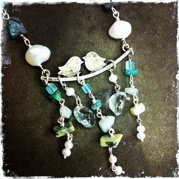 Collana con amazzonite, turchese, perle, ametista verde, acquamarina, giada e turchese giallo; elemento centrale in ottone, cordino cerato