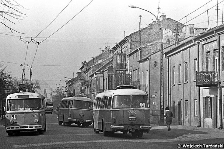 Skoda 9Tr #547  Lata 70-te. ul. Wl. Kunickiego. Dymy w tle, wbrew pozorom, to nie pozar lecz objawy 'zycia gospodarczego' miasta.