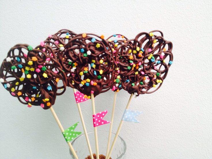 Zelfgemaakt chocolade kronkel lollies mmm... Recept gevonden op YouTube via popsugar food