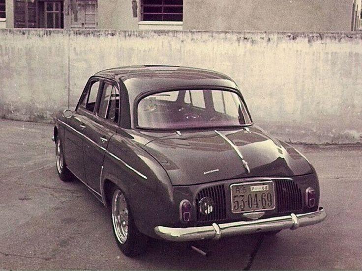 """Willys Renault Gordini I Luxo 1963.  Modificações:  - rodas cromadas e com as talas alargadas, aro 15"""".  - luz de ré embutida na grade de refrigeração.  - ponteira de escapamento cromada."""