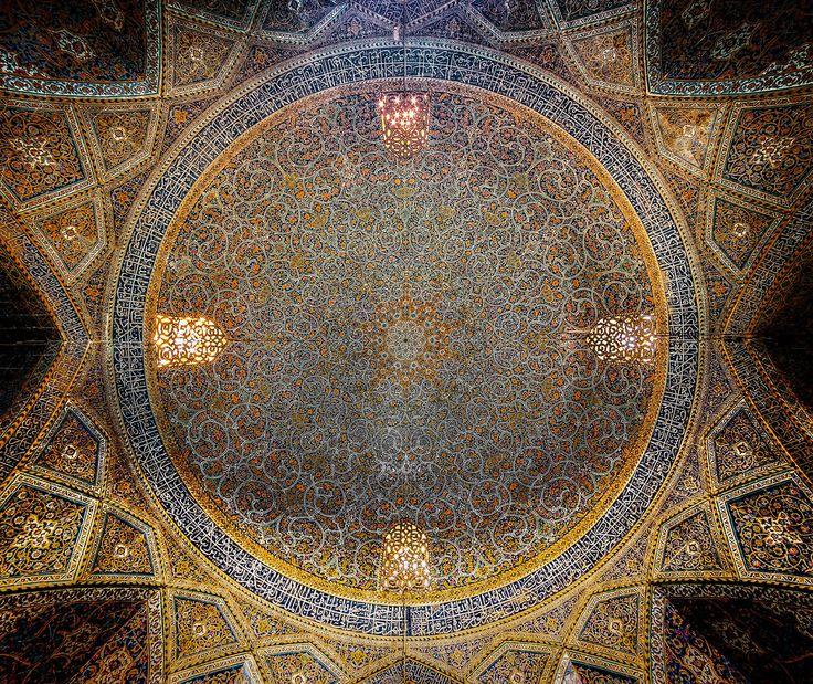 「モスク」はイスラム教の礼拝堂で、ドーム状の屋根がついた神殿のような外観に見覚えがある人も多いはず。古代建築と西洋建築の特徴を併せ持つイスラム建築によるモスクの内部までじっくりと見たことがある人は