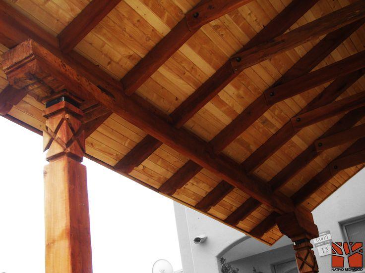 Nativo Redwood. Estacionamiento en casa de condominio Hacienda el Peñon, con estructura de maderas nativas en roble rústico con pilares dibujados con sopandas, vigas con punta de can dibujadas, cielo con entablado de ciprés y techumbre a 2 aguas con tejas. www.nativoredwood.com contacto@nativoredwood.com