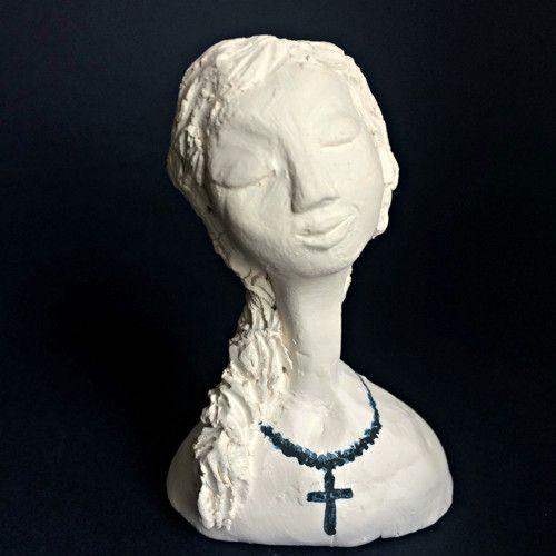 Keramická soška Dívka s křížem