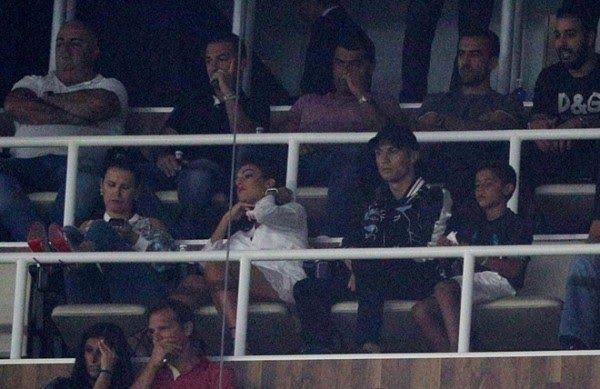 Banh 88 Trang Tổng Hợp Nhận Định & Soi Kèo Nhà Cái - Banh88.info(www.banh88.info) Tin Tuc Bong Da -  Người hâm mộ Real Madrid tri ân Ronaldo và biểu thị lòng ủng hộ với thần tượng sau án cấm thi đấu.  Không thể ra sân thi đấu trận lượt về Ronaldo vẫn được cổ động viên nhắc đến. Trên khán đài sân Bernaneu khi đồng hồ điểm sang phút thứ bảy hàng chục nghìn khán giả đứng dậy vỗ tay và hô vang tên anh. Đây là cách Madridista bày tỏ lòng ủng hộ với Ronaldo sau án phạt nặng mà anh phải chịu…