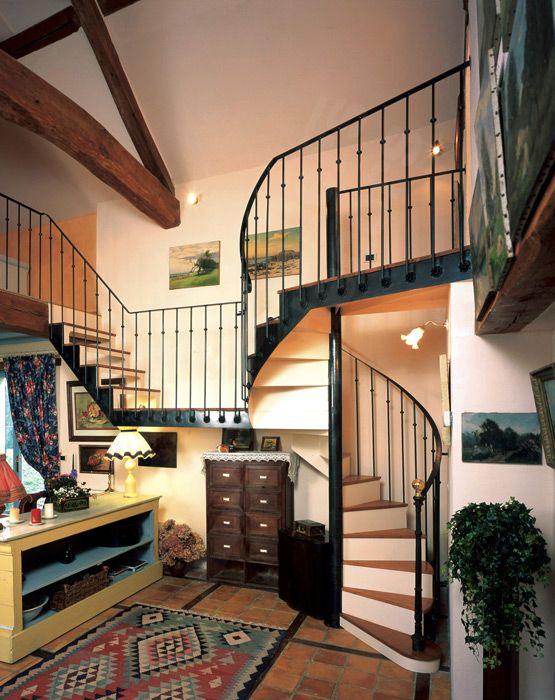DH23 - SPIR'DÉCO® Bistrot avec contremarches. Escalier en colimaçon métal et bois pour une décoration classique de caractère. Afin de de desservir les 2 côtés des combles d'une maison de campagne tout en conservant le caractère du lieu, cet escalier en fer forgé, sa passerelle et un petit escalier droit ont su répondre à toutes les contraintes de nos Clients. Avec son look 'fin XIXème siècle', inspiré des bistrots français, sa rampe ornée, la chaleur de ses marches bois, il s'intègre dans…