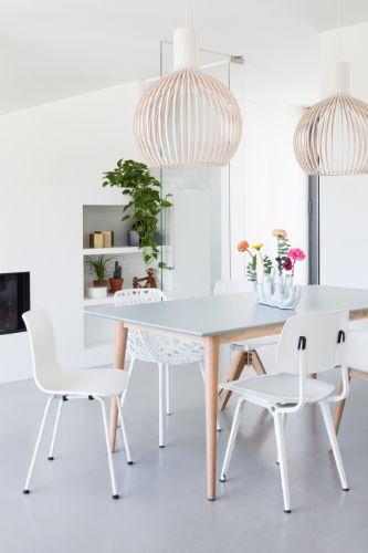 Grijze eettafel met verschillende witte stoelen - bekijk en koop de producten van dit beeld op shopinstijl.nl
